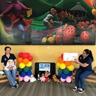 trabajadoras de la biblioteca leyendo en espanol